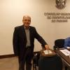 Dr. Dalton Luiz Bittencourt vota durante a assembleia.